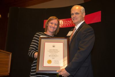 Lauren Askey Ey receives her award